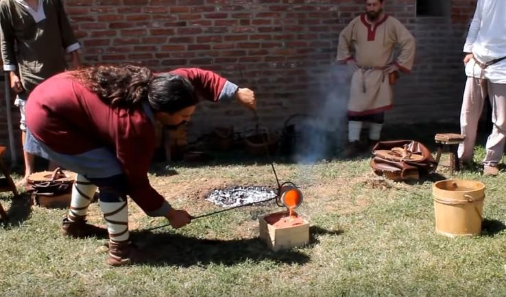 Rievocatore del gruppo Bandum Freae dimostra produzione di oggetti colando bronzo fuso in appositi stampi (Foto:La Storia Viva)