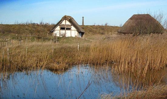 """Ricostruzione di edifici monastici in legno dal Museo """"Il mondo di Beda"""" a Jarrow"""