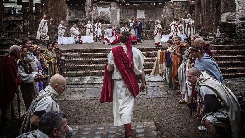 Il Gruppo Storico Romano in una rappresentazione degli eventi delle Idi di Marzo nei pressi dell'area archeologica di Piazza Argentina a Roma (Foto: Gruppo Storico romano)