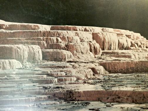 Una foto dell'epoca ritrae le Terrazze prima dell'eruzione del 10 giugno 1886 che le fece scomparire (Foto: e Buried Village museum, Rotorua,New Zealand)