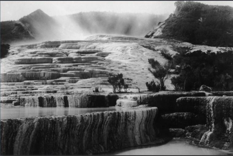 Le terrazze rosa e bianche sul Lago Rotomahana vicino a Rotorua, Nuova Zelanda, circa 1880. (Foto: General Photographic Agency / Hulton Archive / Getty Images)