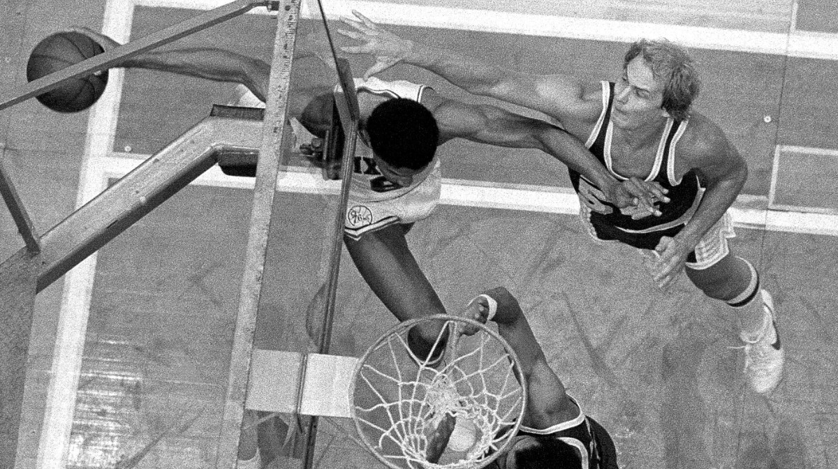 Julius Erving et son lay-up complètement fou face aux Lakers
