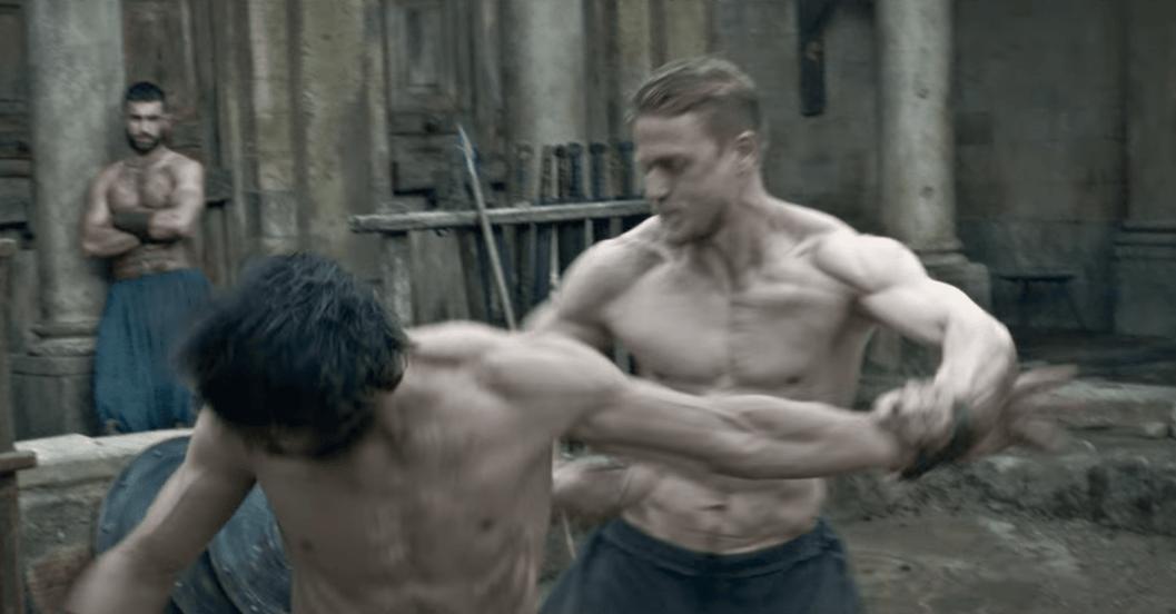 Charlie Hunnam raconte comment il a pris 13.6kg de muscles pour Arthur