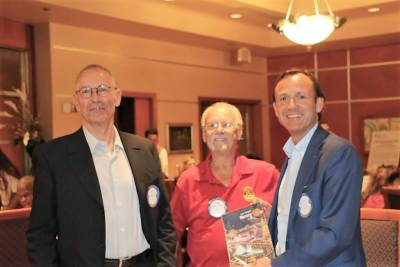 Bob Werner presented our visiting International Rotarians with our banner.