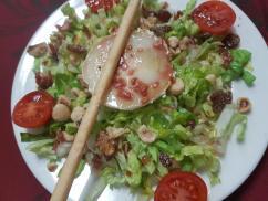 Ensalada de rulo de cabra, frutos secos y vinagreta de frutos rojos.