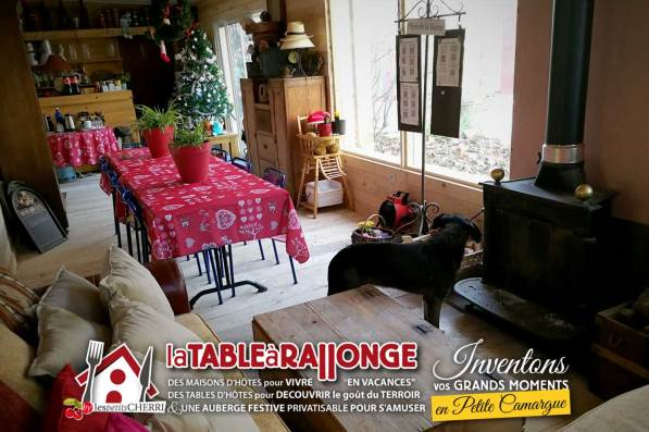 Séance de cinéma sur grand écran, projection de diapositives, séminaire, réunion de famille plus intime que dans un restaurant, vous pouvez maintenant réunir des petits groupes autour d'une table d'hôtes en Camargue. L'AVANT-SCENE est inventée pour vous... et rien ne vous empêche de dormir sur place dans les maisons et chambres d'hôtes de LA TABLE A RALLONGE, l'auberge festive de Camargue