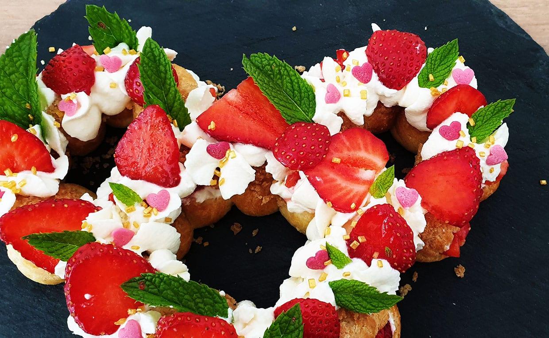 Couronnes gourmandes, en forme de tête de Minnie, de choux chantilly et de fraises