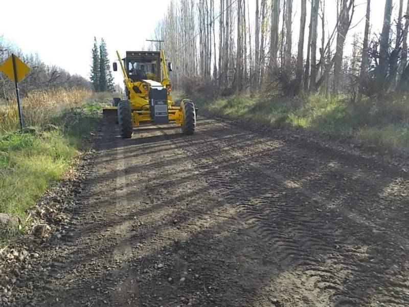 Con la nueva motoniveladora, se trabaja en los caminos rurales