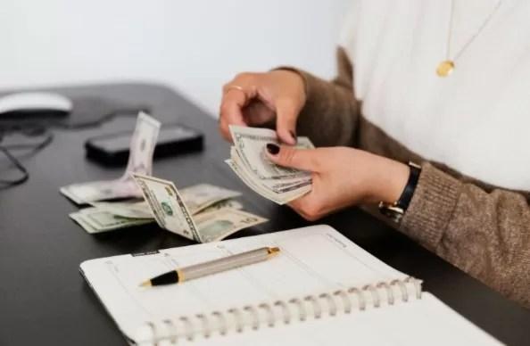 manos con dinero