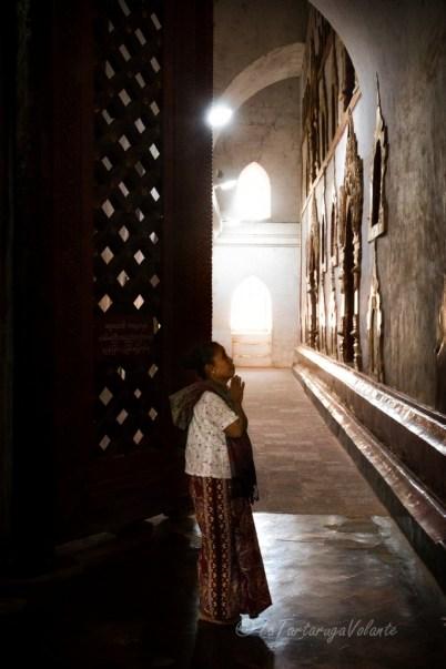 Viaggio in Myanmar donna in preghiera nel templio