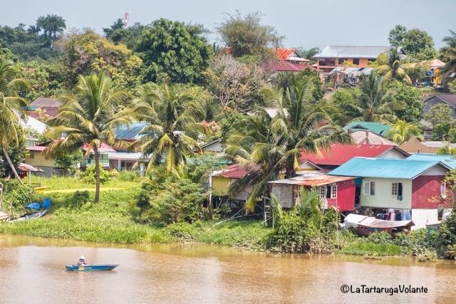 Borneo, case sul Sarawak River