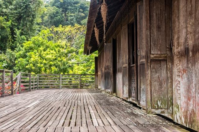 Borneo, esterno di longhouse Iban