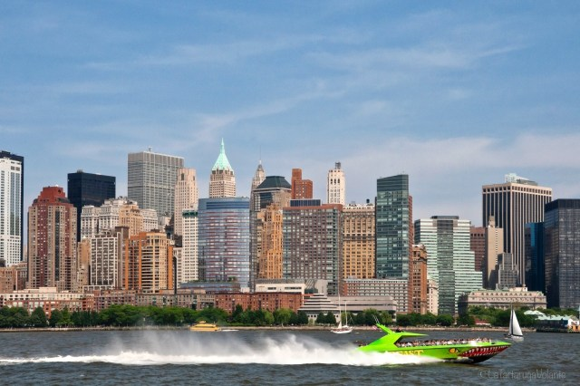 New York, skyline e barca verde