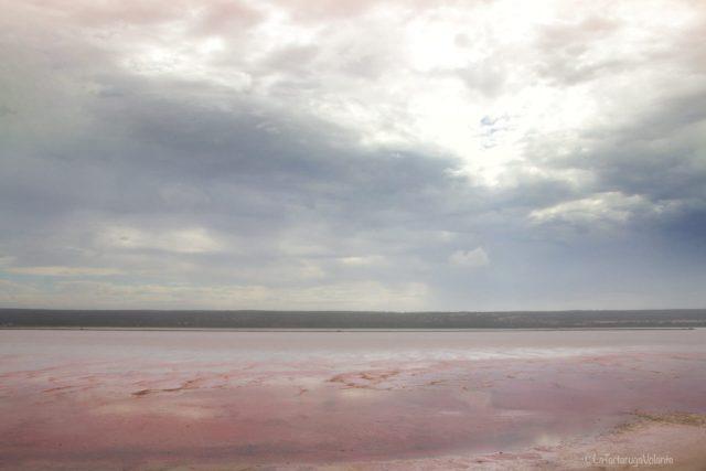 Hutt lagoon al mattino con le nuvole