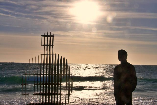 Sculture in riva al mare, ombre