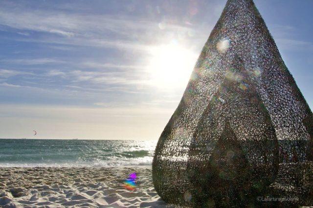 Sculture in riva al mare, tenda