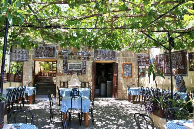 al mare con mamma, Taverna tipica greca