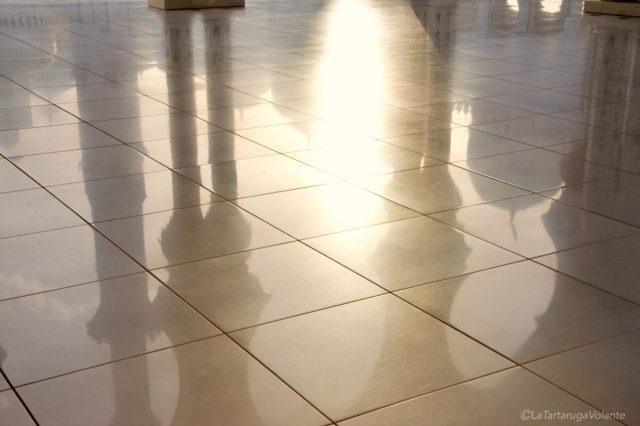 riflessi della moschea di abu dhabi sul marmo