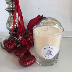 Festive blend of fresh cut pine boughs of balsam, pine and fir wrapped around warmed cinnamon sticks, ground clove, with a base note of dried holiday fruits and sweet oak moss