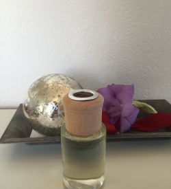 An exotic, earthy and rich sandalwood blend, madarin and bois de rose , jasmine, amber and cedar