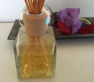 holiday fragrance: mix of fresh cut pine and cinnamon, clove and a base note of fruits