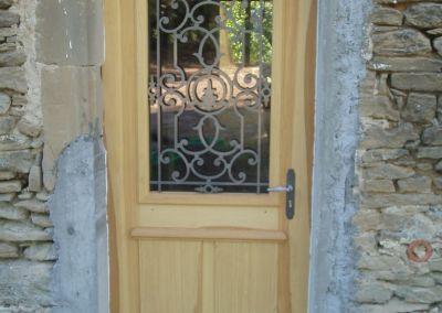 Porte d'entrée en bois et grille acier