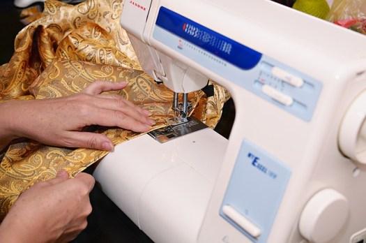 Machine à coudre en cours d'utilisation