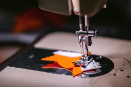 Test de couture sur une chute de tissu pour le réglage de la machine à coudre