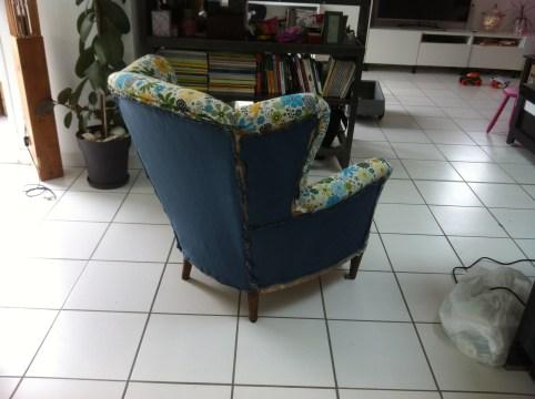 fixation de la ouatine (coté tissus) sur le dos du fauteuil