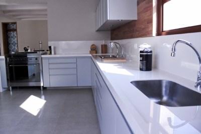 Bancada de cozinha com cubas de inox
