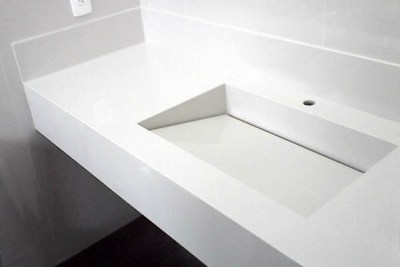 Bancada de banheiro com cuba esculpida e caída inclinada