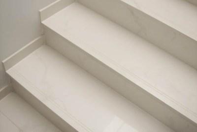 Escada em porcelanato com rodapé e frisos