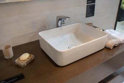 Bancada de banheiro com cuba em louça