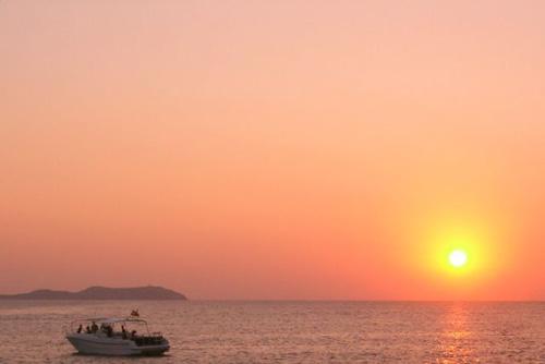 sunset latinas who travel