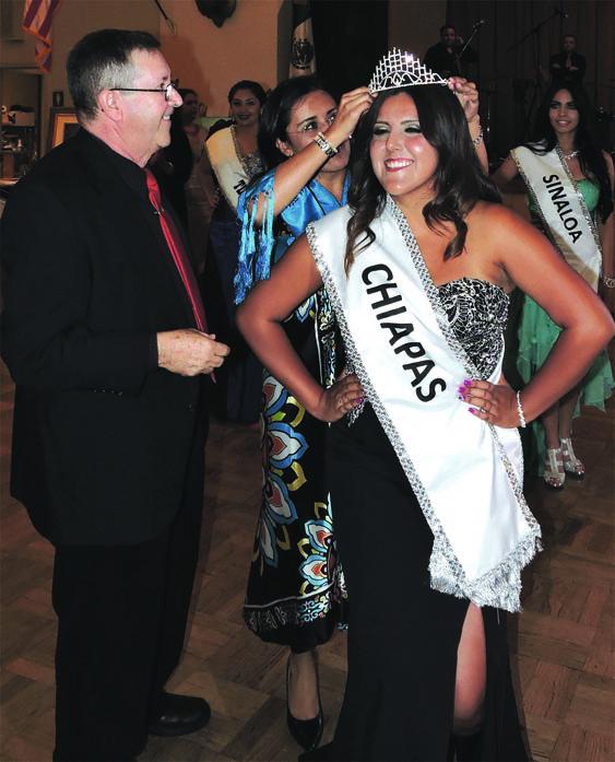 """Damaris Alcaraz fue nombrada Princesa de """"Fiestas Patrias 2016"""", en la gráfica es captada mientras es coronada por la princesa saliente y el Presidente del Cómite organizador del evento de belleza, Hector Pelayo./CORTESIA"""