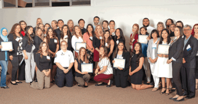 V. College entrega becas / V. College gives out scholarships