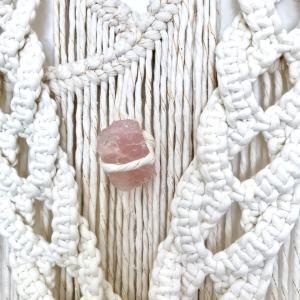Tenture en macramé avec une pierre de quartz rose