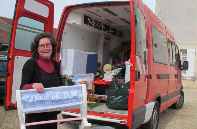 Bénédicte, la ludothécaire et son ancienne ambulance de pompier