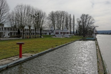 Urbex, piscine abandonnée, bassin et bâtiments bar-restaurant-dancing, et cabines