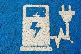 Señal de un cargador de coche eléctrico.