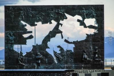 Η γρανιτένια πλάκα απεικονίζει τα νησιά Malvinas τα οποία έχουν αφαιρεθεί, συμβολίζοντας την κατοχή τους απο την Μ. Βρετανία.