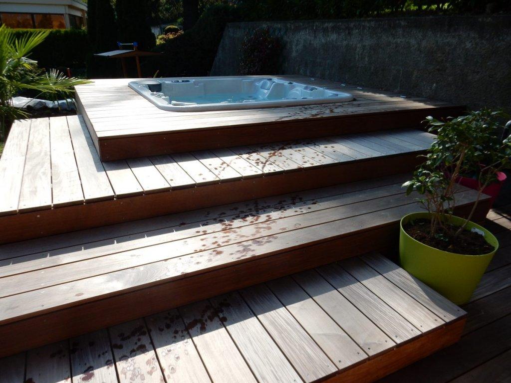 Spa avec marches en bois