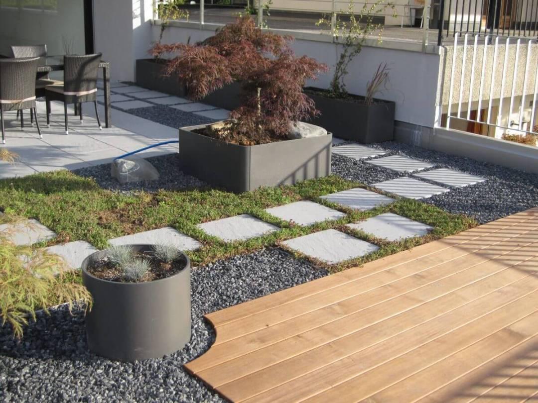 Une belle terrasse aménagé avec des pots Eternit par le paysagiste du Valais Lattion & Veillard