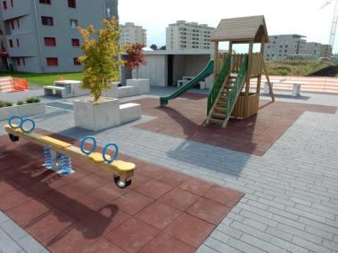 Une place de jeux avec du mobilier béton pour une collectivité