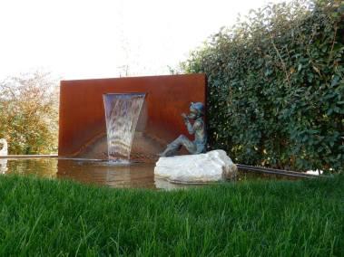 Une fontaine en Corten en décoration dans un jardin par Lattion et Veillard