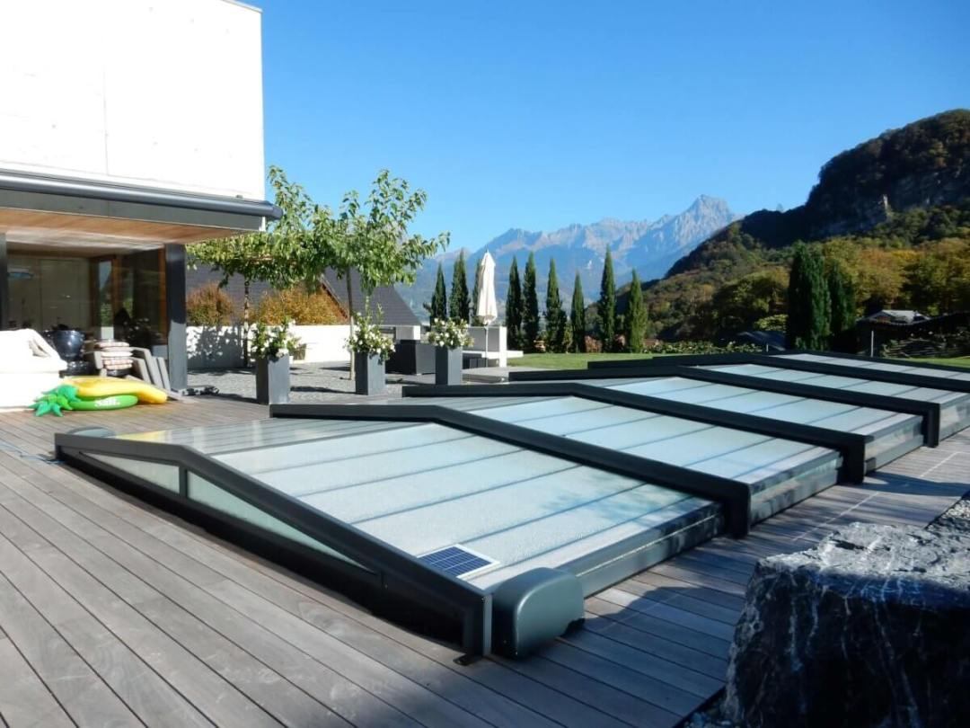 Un abris piscine posé par Everblue Suisse Lattion & Veillard