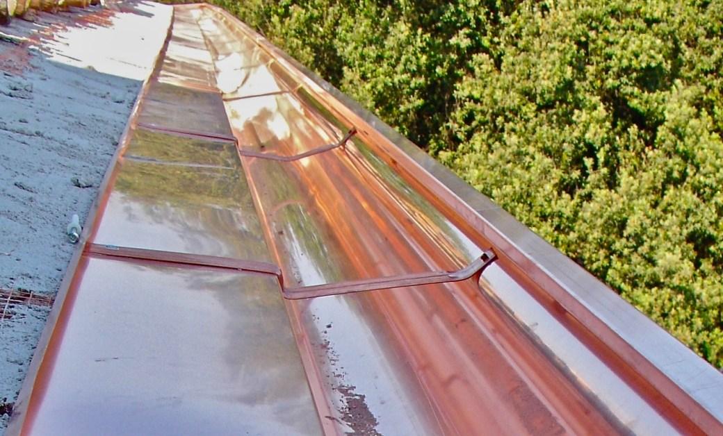I canali di gronda e la loro installazione lattoneria for Installazione di condotte idriche in rame