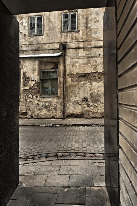 Bild: Passage zur Šv. Ignoto gatvė in Vilnius. NIKON D700 mit CARL ZEISS Distagon T* 2.8/25 ZF.