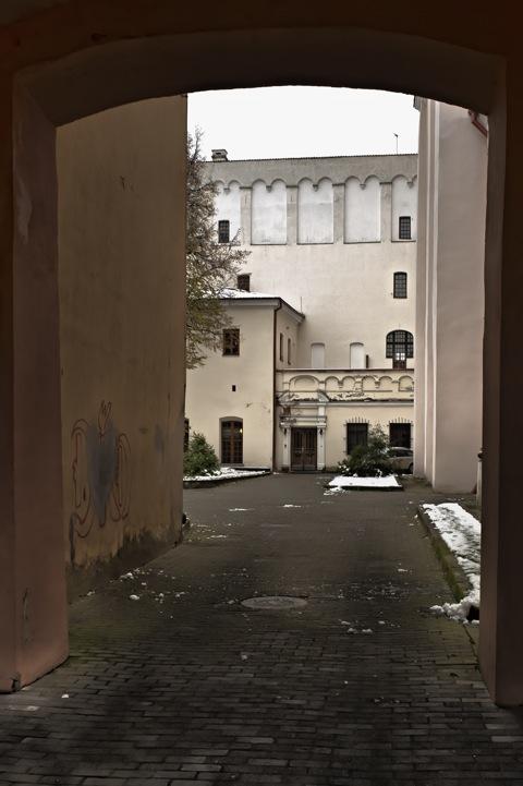 Bild: Innenhof der Jesuitenkirche St. Kasimir in der Didžioji gatvė in der Altstadt von Vilnius. NIKON D700 mit  CARL ZEISS Distagon T* 2.8/25 ZF.