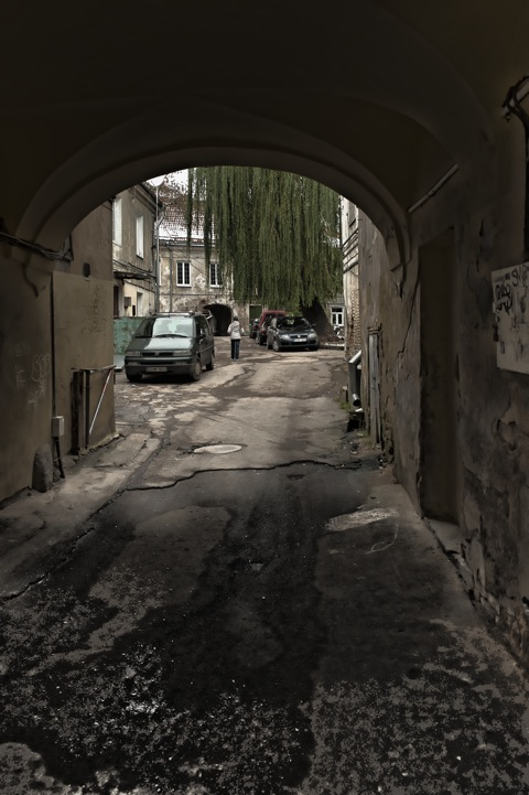 Bild: Hinterhof irgendwo in der Altstadt von Vilnius. NIKON D700 mit CARL ZEISS Distagon T* 2.8/25 ZF.